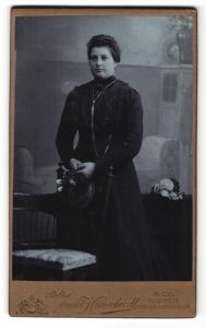 Fotografie Arnold Hirnschrodt, Ried, Portrait Frau mit zusammengebundenem Haar