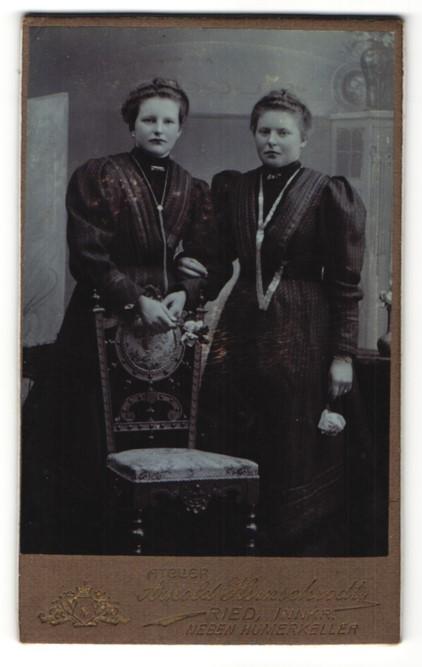 Fotografie Arnold Hirnschrodt, Ried, Portrait zwei junge Frauen, Schwestern