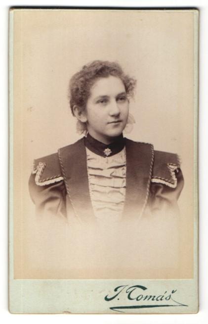 Fotografie J. Tomás, Prag, Portrait Mädchen mit zusammengebundenem Haar