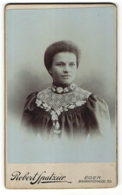Fotografie Robert Spatzier, Eger, Portrait junge Frau mit zusammengebundenem Haar