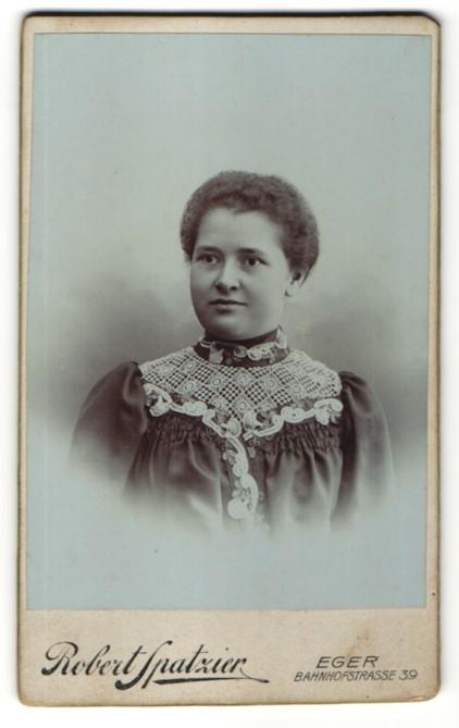 Fotografie Robert Spatzier, Eger, Portrait Dame mit zeitgenöss. Frisur
