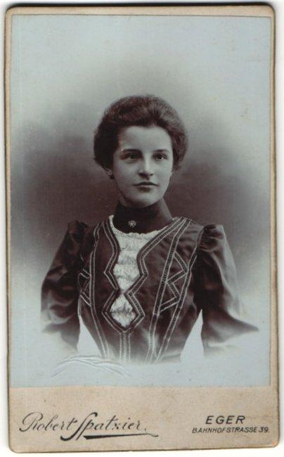 Fotografie Robert Spatzier, Eger, Portrait junge Dame mit Hochsteckfrisur