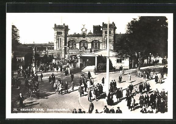 AK Saarbrücken, Passanten vor dem Haupt-Bahnhof