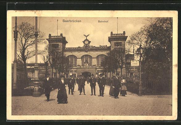 AK Saarbrücken, Passanten vor dem Bahnhof 0