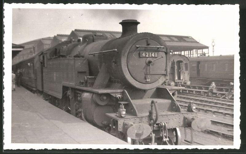 Fotografie Fotograf unbekannt, Ansicht Leeds, Eisenbahn England, Dampflok Class 4, Lok-Nr.: 42141 im Bahnhof