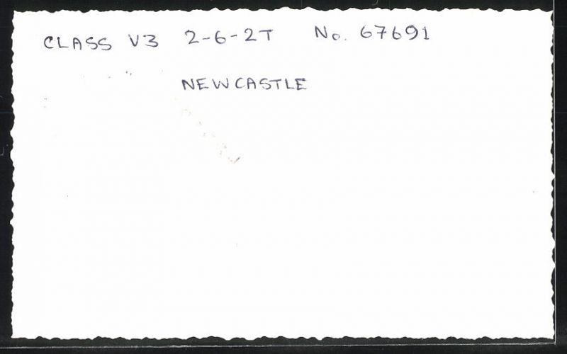 Fotografie Fotograf unbekannt, Ansicht Newcastle, Dampflok Class V3, Lok-Nr.: 67691, Eisenbahn England 1