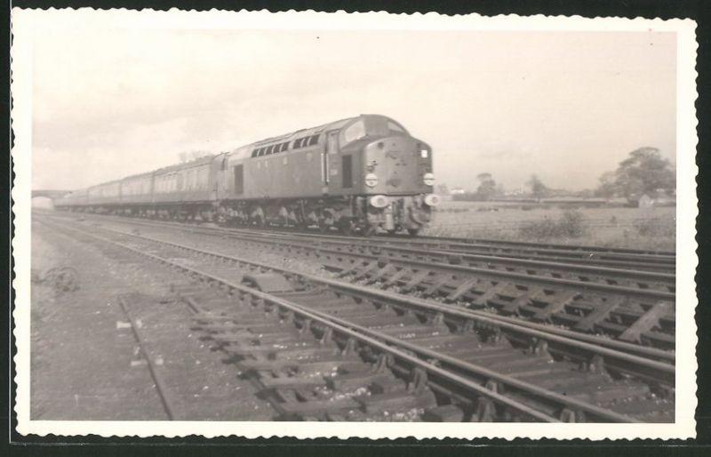 Fotografie Fotograf unbekannt, Ansicht Castle Hills / Northallerton, Diesel-Lok, Lokomotive Nr.: D246, Eisenbahn England