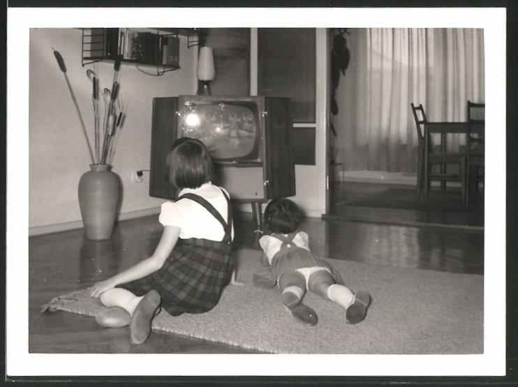 Fotografie TV-Gerät, Kinder schauen Fernsehen im Wohnzimmer 0