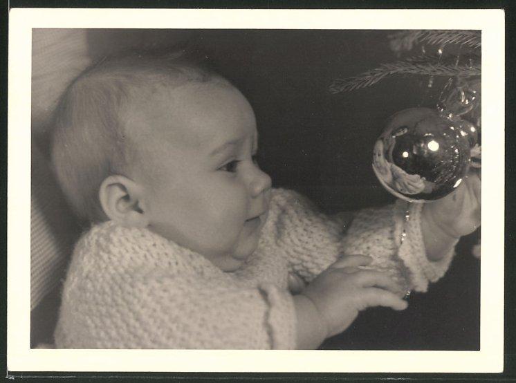 Fotografie Weihnachten, Baby betrachtet Spiegelbild in der Christbaumkugel 0