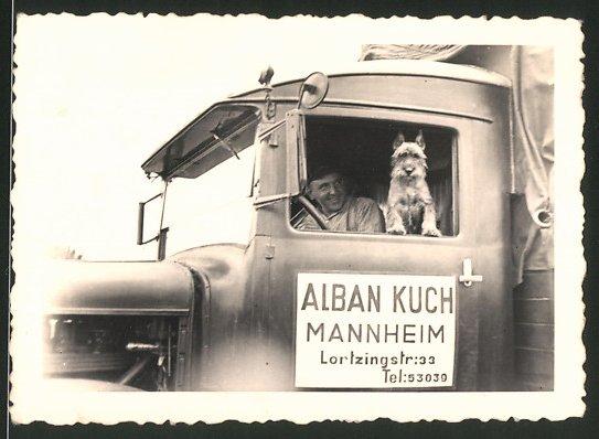Fotografie Lastwagen, LKW der Spedition Alban Kuch in Mannheim, Kraftfahrer & Hund schauen aus dem Fenster 0