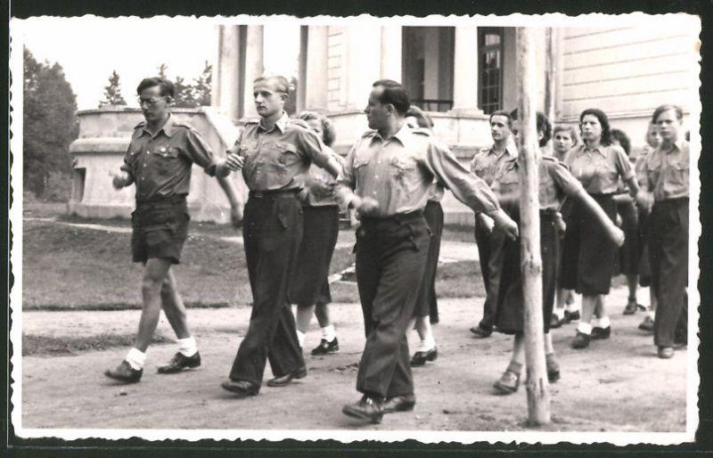 Fotografie DDR, Mitglieder der FDJ in Uniform marschieren am 1.Mai