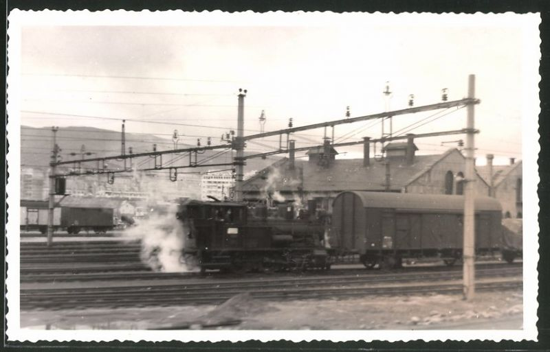 Fotografie Eisenbahn England, Dampflok, Rangierlok schiebt Güterwaggon's 0