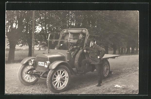 Foto-AK GMC Wagen mit zwei Männern 0