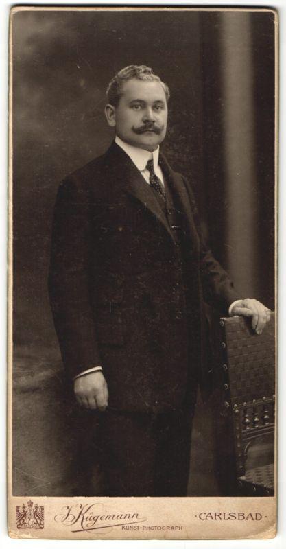 Fotografie I. Kügemann, Carlsbad, Edelmann mit Schnauzbart im Anzug