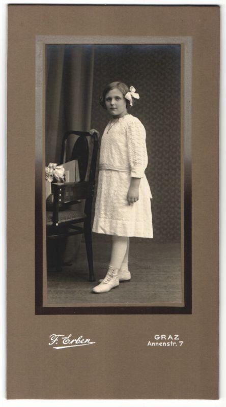 Fotografie F. Erben, Graz, Mädchen im weissen Kleid mit Halskette & Haarschleife