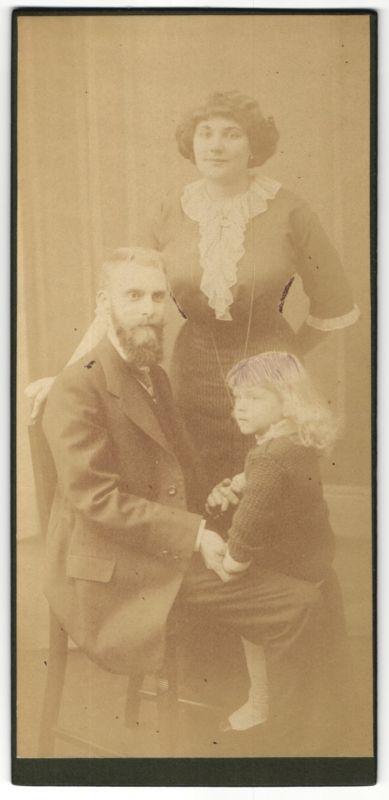 Fotografie Fotograf und Ort unbekannt, Ehepaar mit Tochter im Foto-Atelier