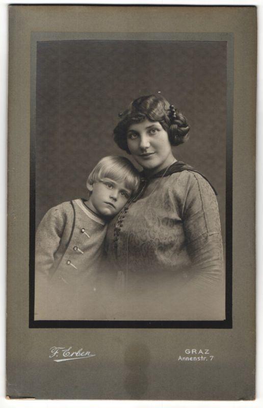 Fotografie F. Erben, Graz, junge Mutter mit Sohn im Foto-Atelier 0