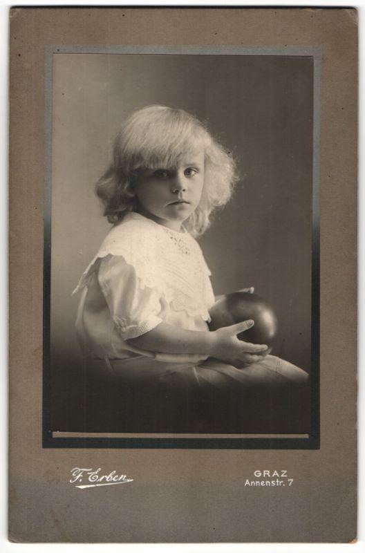 Fotografie F. Erben, Graz, blondes Mädchen mit Ball im Atelier 0