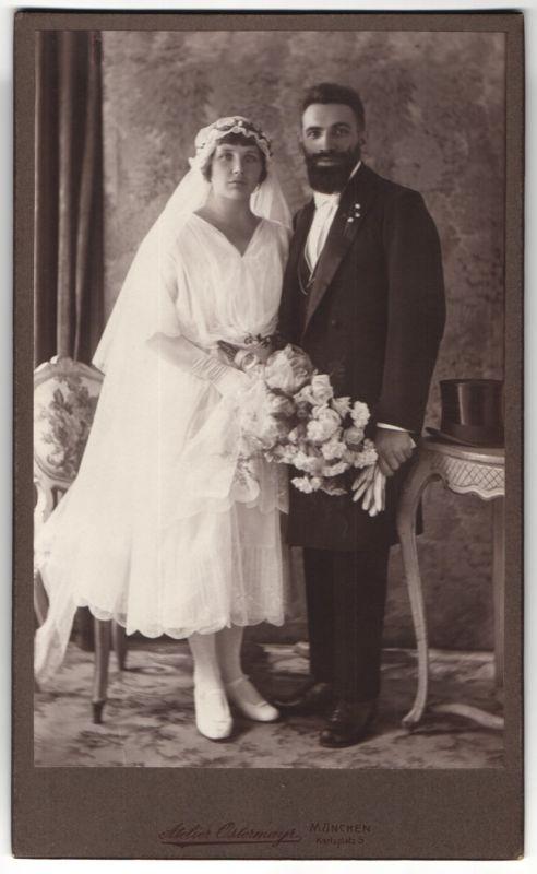 Fotografie Atelier Ostermayr, München, Brautpaar kurz nach der Hochzeit, Bräutigam mit Vollbart 0