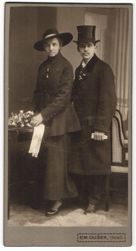 Fotografie Em. Dusek, Trebic, junges paar im feinen Zwirn mit Hut 0