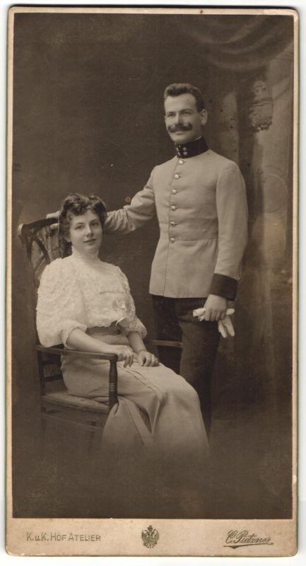 Fotografie C. Pietzner, Wien, österreichischer Soldat in Uniform nebst junger Gattin