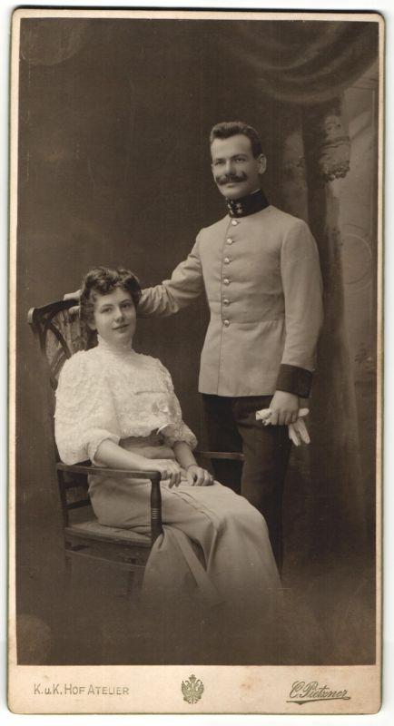 Fotografie C. Pietzner, Wien, österr. Soldat in Uniform nebst Gattin im Foto-Atelier