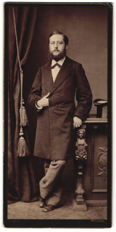 Fotografie Atelier Albert, München, Edelmann mit Vollbart und Zylinder posiert wie Napoleon Bonaparte
