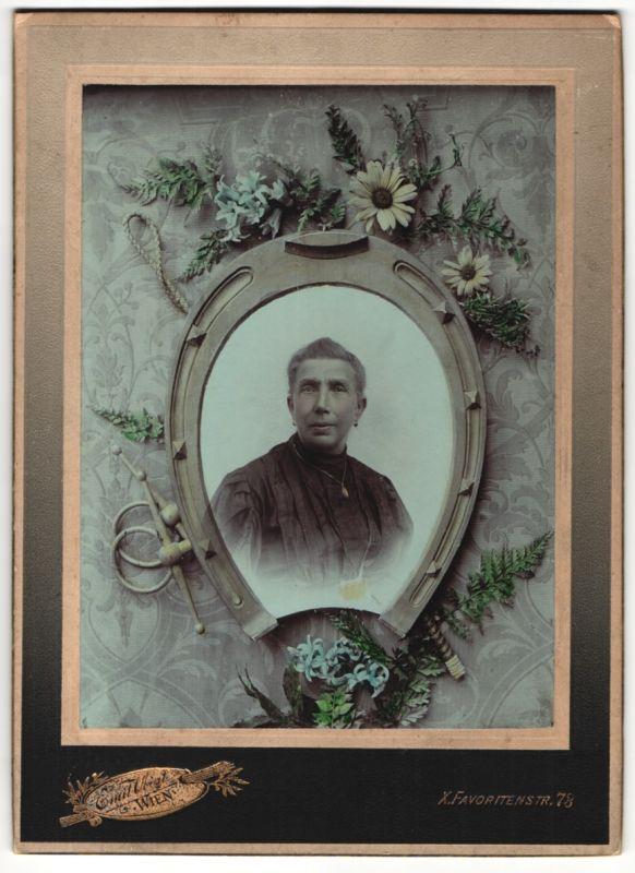Fotografie Emil Voigt, Wien, Portrait Edeldame von Hufeisen & Blumen eingerahmt, Fotomontage 0