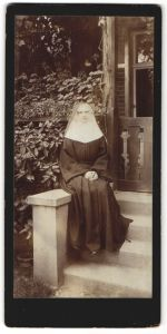Fotografie Fotograf & Ort unbekannt, Nonne - Ordensschwester im typischen Habit
