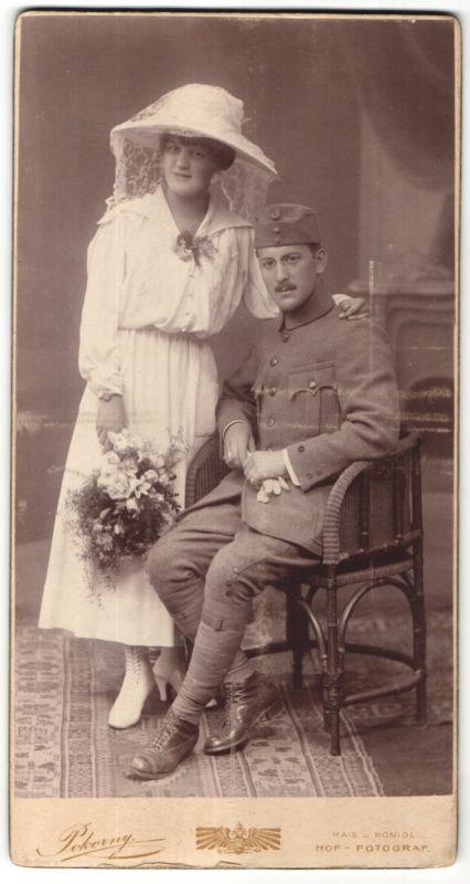 Fotografie Pokorny, Wien, Dame mit Hut nebst Soldat in Uniform mit Zwicker