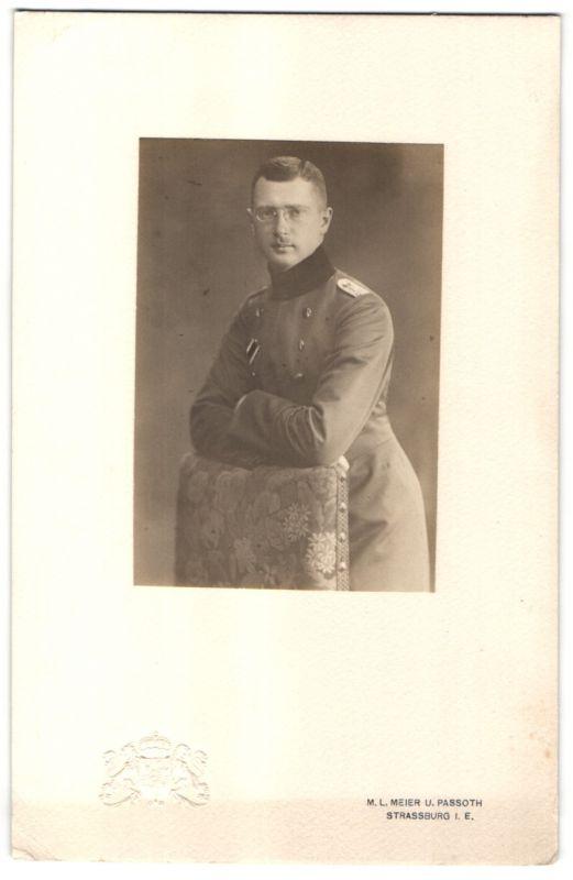 Fotografie M.L. Meier & Passoth, Strassburg / Elsass, Offizier in Uniform mit Zwicker, geprägtes Wappen links unten 0