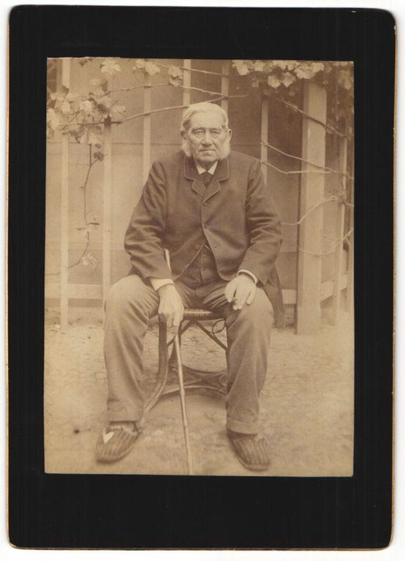 Fotografie Fotograf & Ort unbekannt, betagter Edelmann mit Gehstock auf Stuhl sitzend 0