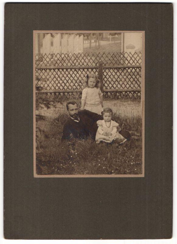 Fotografie Alwin Zenka, Sayda / Erzgebirge, Vater mit seinen Töchtern im Garten 0