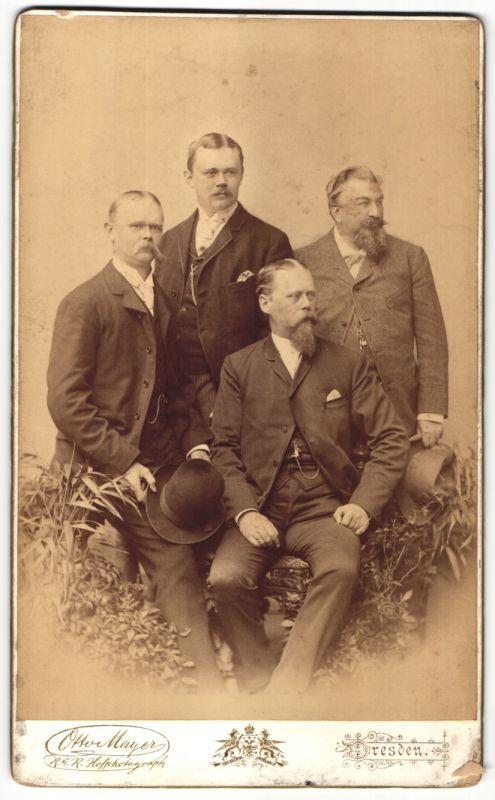 Fotografie Otto Mayer, Dresden, Edelmänner im feinen Zwirn mit Schauzbart und Vollbart 0