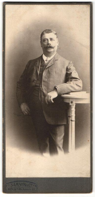 Fotografie Samson & Co., Köln, Edelmann mit Schnauzbart im Anzug