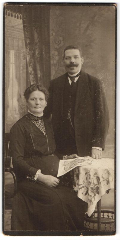 Fotografie Samson & Co., Magdeburg, Ehepaar in Sonntagskleidern im Foto-Atelier