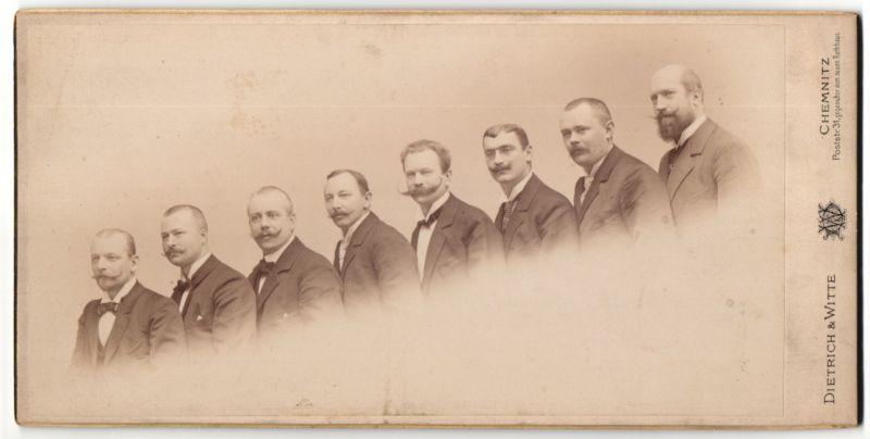 Fotografie Dietrich & Witte, Chemnitz, Männer im Anzug in einer Reihe aufsteigend stehend