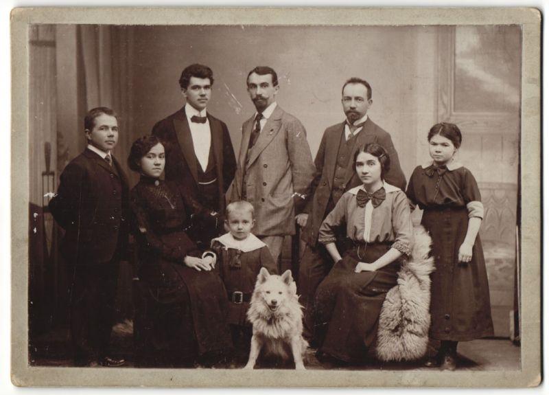 Fotografie M. Adler, Ort unbekannt, Hund - Spitz mit Familie im Foto-Atelier