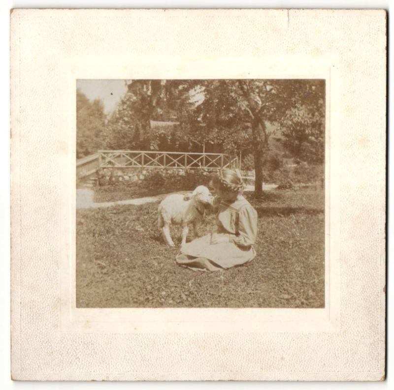 Fotografie Fotograf & Ort unbekannt, Mädchen spielt mit einem Lamm