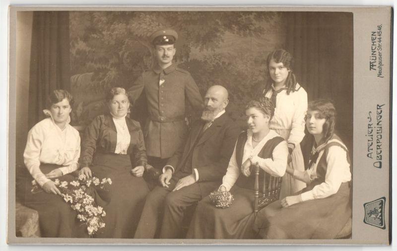 Fotografie Atelier Oberpollinger, München, Deutscher Soldat in Uniform nebst Familie im Foto-Atelier 0