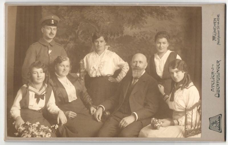 Fotografie Atelier Oberpollinger, München, Deutscher Soldat in Uniform mit Familie im Foto-Atelier