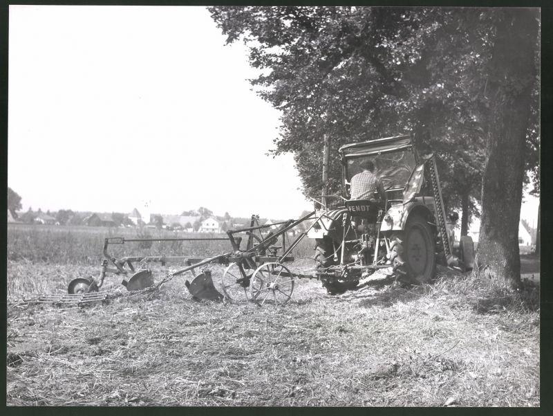 Fotografie Traktor Fendt, Landwirt steuert Schlepper mit Pflug über einen Acker
