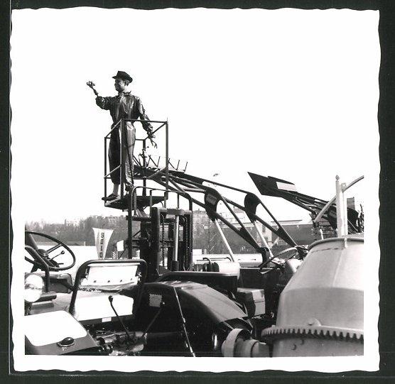 Fotografie Agram Gabelstapler hebt Puppe empor, Bau & Landmaschinen-Ausstellung 0