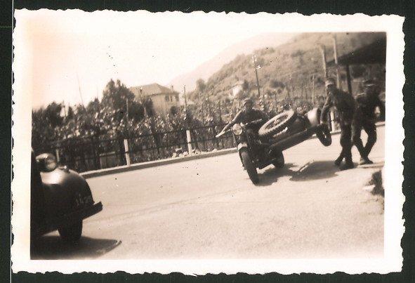 Fotografie Motorrad mit Seitenwagen, Soldat fährt Gespann auf zwei Rädern 0