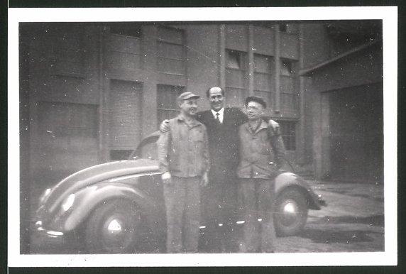 Fotografie Auto VW Käfer, Arbeiter & Mann im Anzug neben Volkswagen PKW