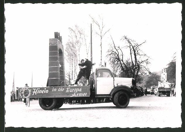 Fotografie Lastwagen, LKW Pritsche bei einer Demo, Hinein in die Europa-Armee