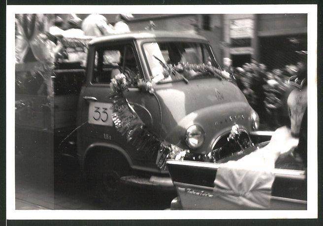 Fotografie Lastwagen Hanomag, LKW-Pritsche für Parade geschmückt