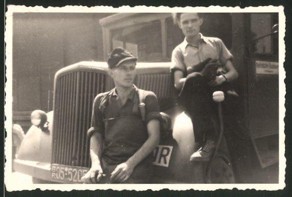Fotografie Lastwagen, Soldaten auf LKW-Kotflügel sitzend