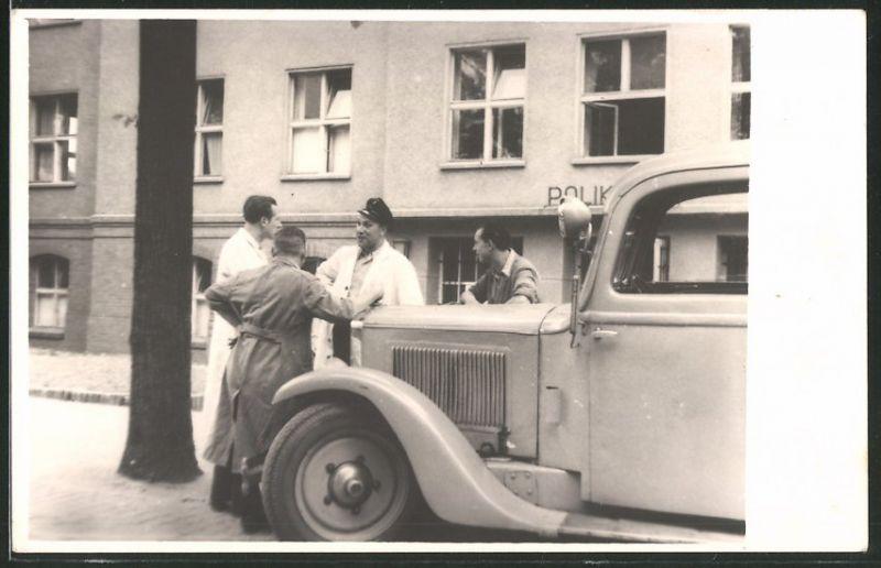 Fotografie Krankenwagen-Ambulanz vor Poliklinik stehend, Sanitäter & Ärzte im Gespräch 0