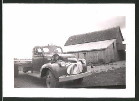 Fotografie Lastwagen, US Pickup Truck, Knabe auf Kotflügel sitzend 0